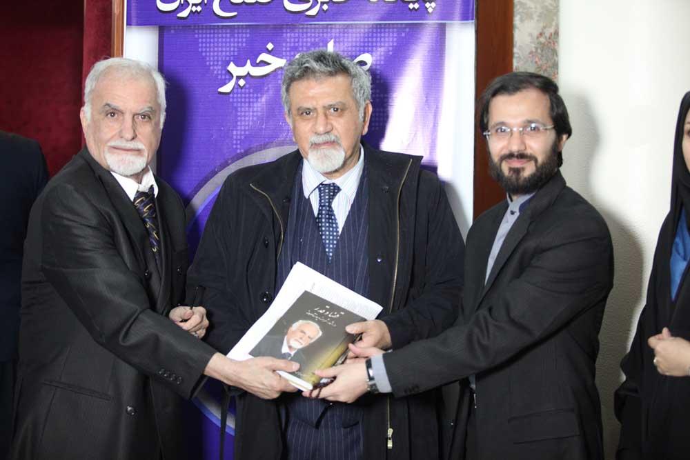 مهندس حسینی و اهدا کتاب قضا و قدر به موسسه صلح